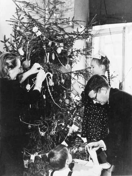 <p>Decorating the Christmas tree. 31 December 1944.</p>