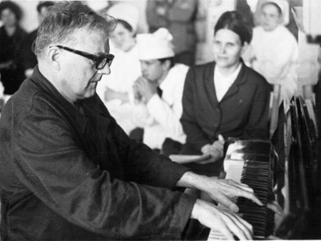 <p>Shostakovich performs for the hospital staff.</p>